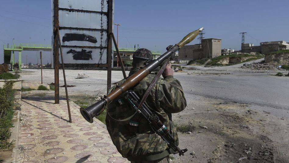 Ein Rebell sichert eine Straße in Syrien: Bald direkte Hilfe aus Washington?