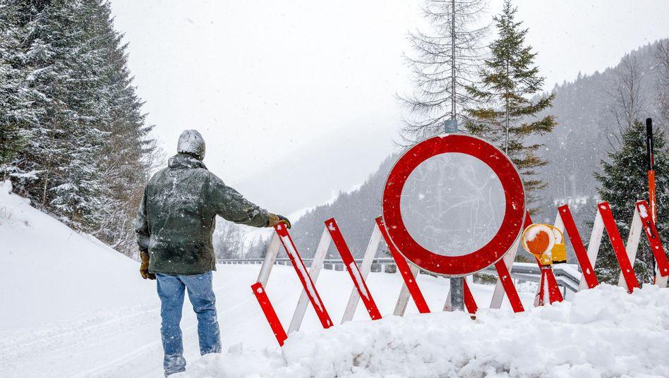 Straßensperre in den österreichischen Alpen
