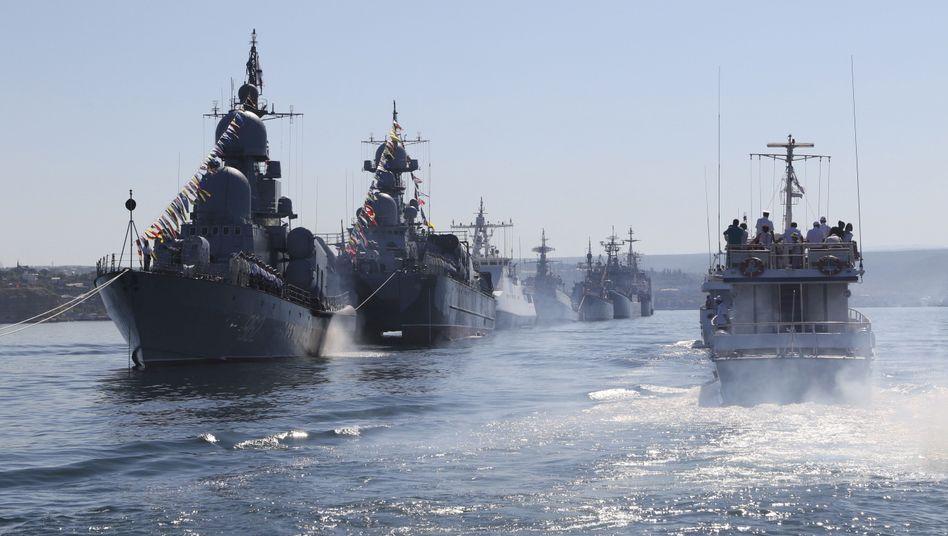 """Russische Kriegsschiffe (Aufnahme vom Juli 2014): """"Planmäßige Übung"""""""
