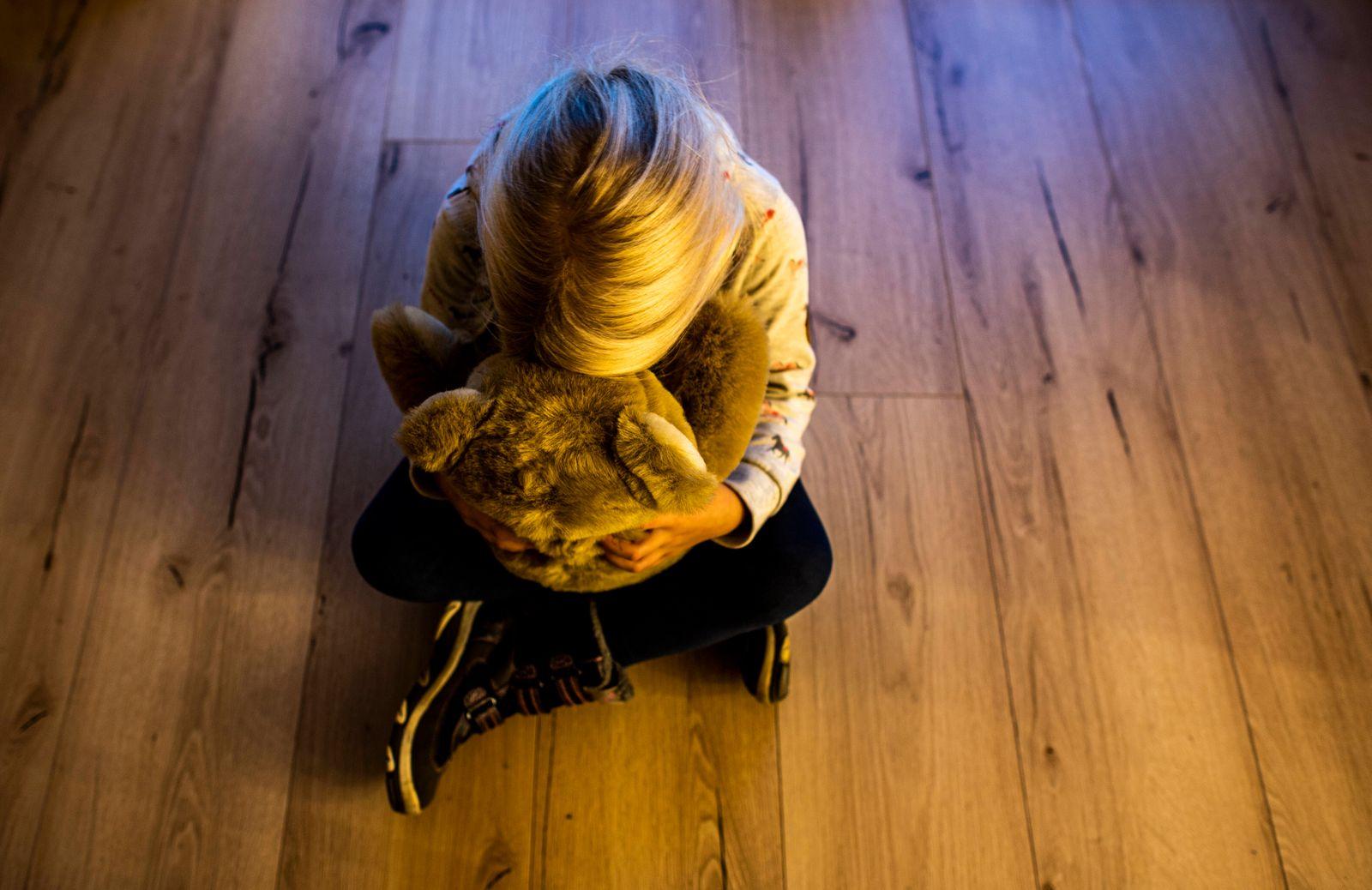Kindesmissbrauch Gesellschaft: Familie, Kriminalit?t, Kindesmissbrauch: Ein M?dchen versteckt ihr Gesicht in einem Teddy