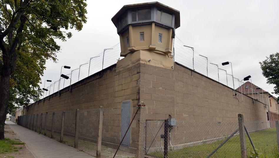 Wachturm auf der Außenmauer der Gedenkstätte Berlin-Hohenschönhausen