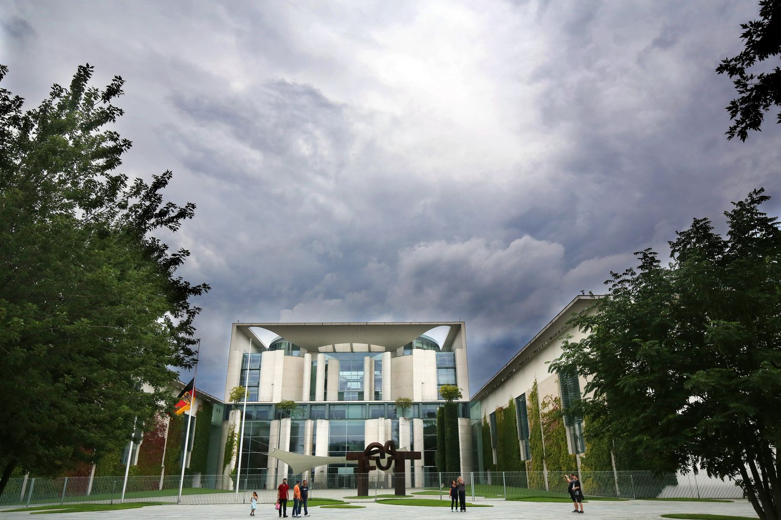 Dunkle Wolken / Berlin/ Kanzleramt