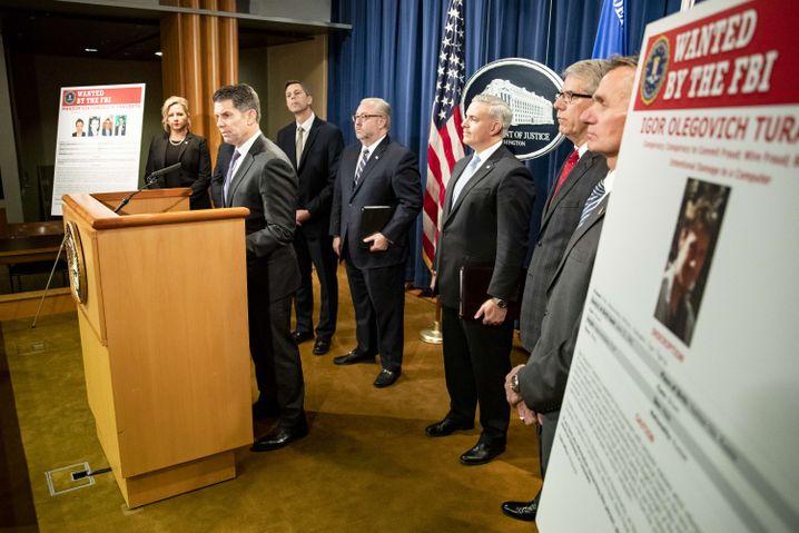 Der stellvertretende FBI-Direktor David Bowdich (links) und Kollegen erklären auf einer Pressekonferenz die Vorwürfe gegen die russischen Hacker