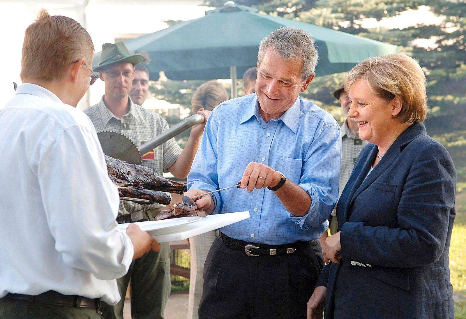 Angela Merkel - Politikerin, CDU, D, Bundeskanzlerin - with George W. Bush, Praesident USA beim Grillfest in Trinwillershagen, Mecklenburg-Vorpommern