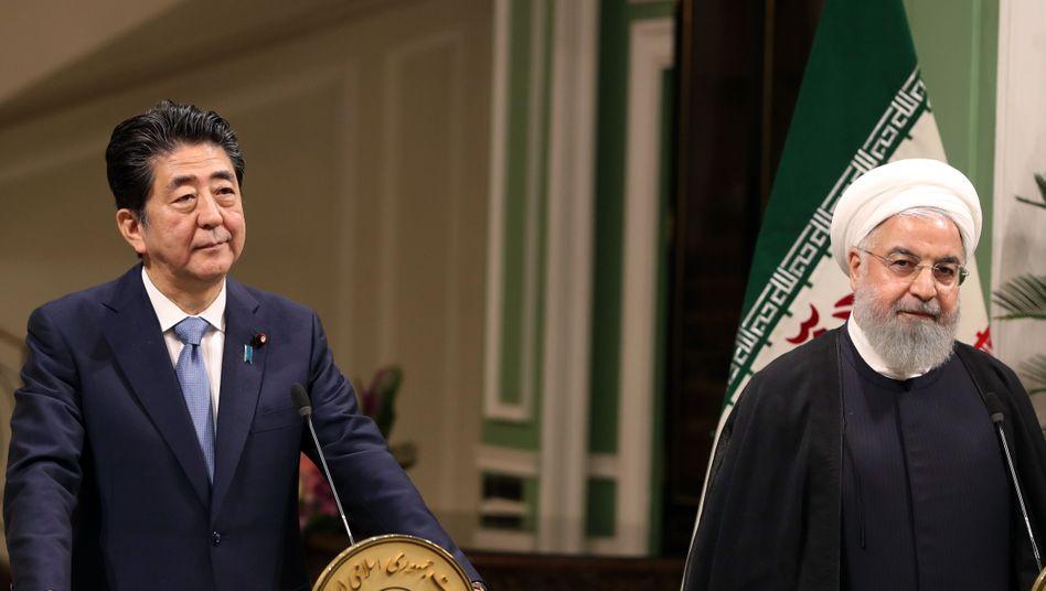 Japans Premierminister Shinzo Abe mit dem iranischen Pr??sidenten Hassan Rohani