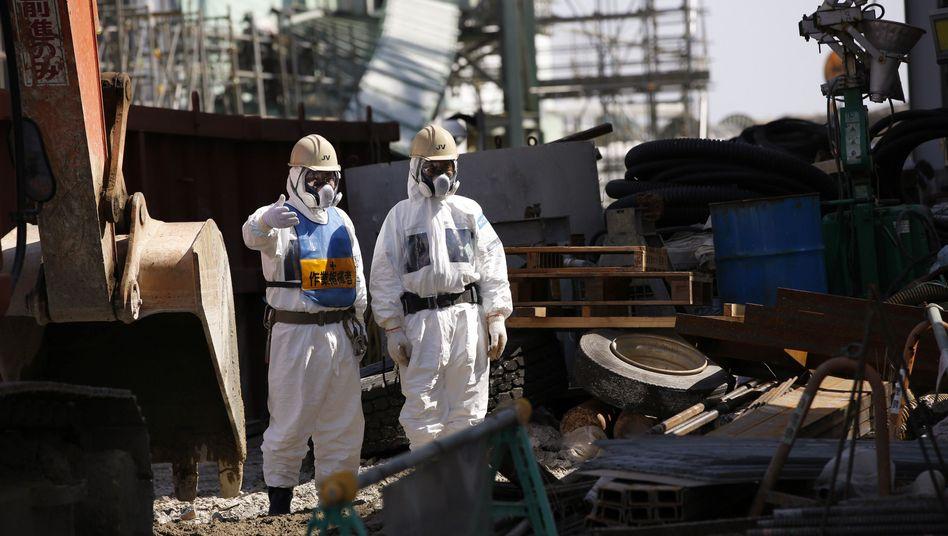 Mitarbeiter in Schutzkleidung: Im AKW Fukushima kam es im März 2011 nach einem Erdbeben zur Kernschmelze in mehreren Reaktoren