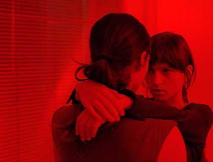 """Szene aus """"Gespenster"""" (mit Sabine Timoteo, Julia Hummer): Unbehauste Seelen"""