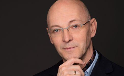 Christoph Middendorf, Jahrgang 1962, arbeitet als Facharzt für Psychiatrie und Facharzt für Psychotherapeutische Medizin. Er ist seit 25 Jahren für die Oberbergkliniken tätig und auch selbstständig ambulant, aktuell in der Tagesklinik der Oberbergkliniken in Berlin. Middendorf hat auch Erfahrung in der Behandlung von Politikern.