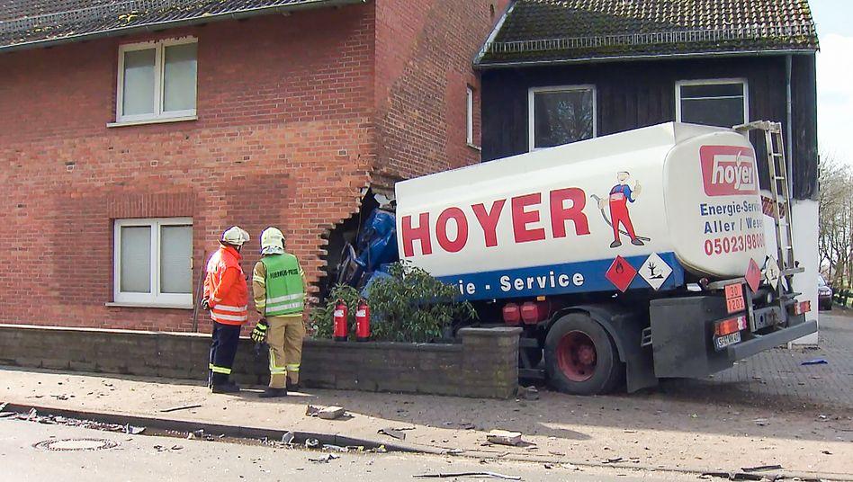 Unfall in Meerbeck: Tanklaster fährt in Haus - zwei Menschen sterben