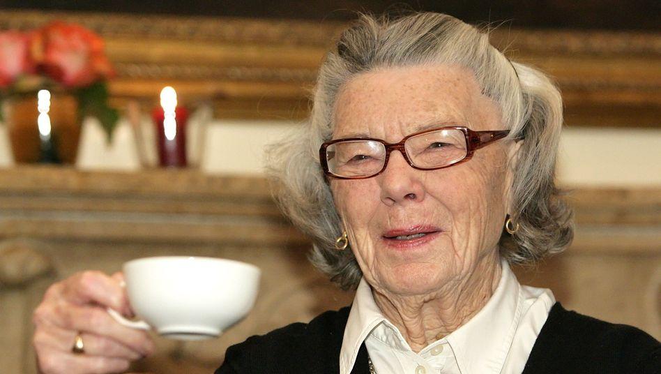 Die britische Schriftstellerin Rosamunde Pilcher beim Teetrinken