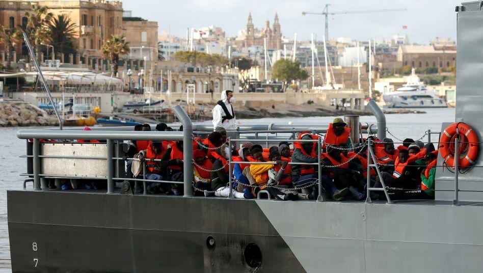 """Flüchtlinge, die von der """"Alan Kurdi"""" gerettet wurden, werden nach Malta gebracht"""