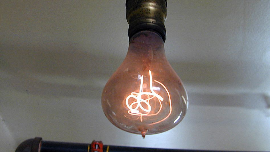 Edison probierte angeblich 9500 Kohlefäden aus, bis er die Glühbirne erfand