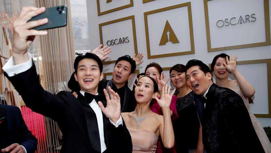 """Sieger-Selfie: Die """"Parasite""""-Darsteller sind die großen Gewinner der Oscarnacht"""