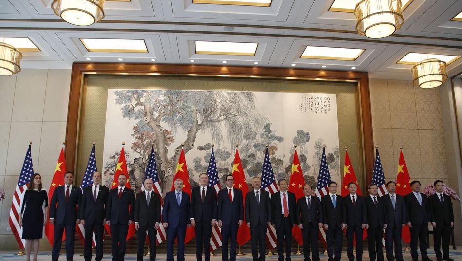 """Mitglieder der chinesischen und der US-Delegation in Peking: """"Erosion"""" der Verpflichtungen"""