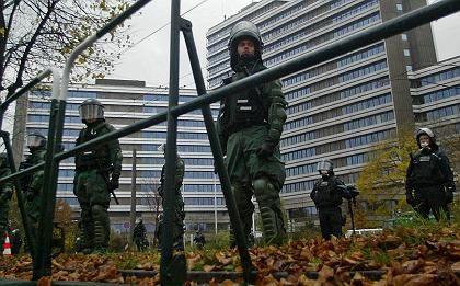 Polizisten sichern die Agentur für Arbeit in Nürnberg vor Demonstranten (Archiv)