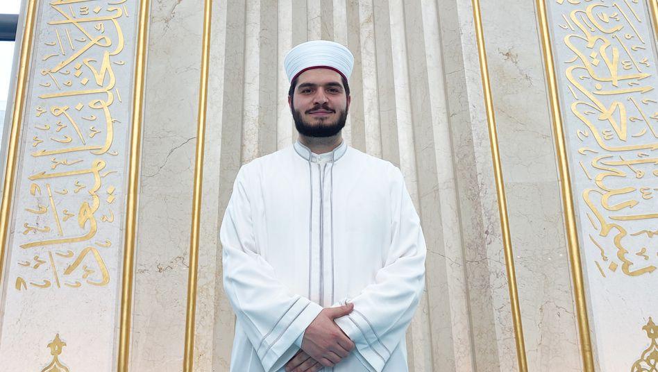 Imam Mustafa Kader vor der Gebetsnische der Kölner Zentralmoschee