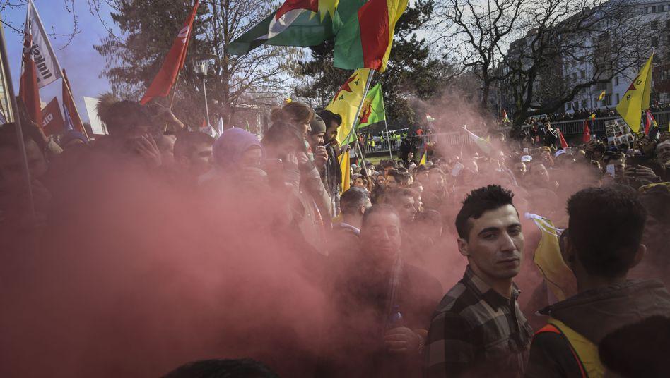 """Kurdendemonstration in Köln: """"Das Gewaltpotenzial wächst, je länger und brutaler der Krieg in Syrien geführt wird"""""""
