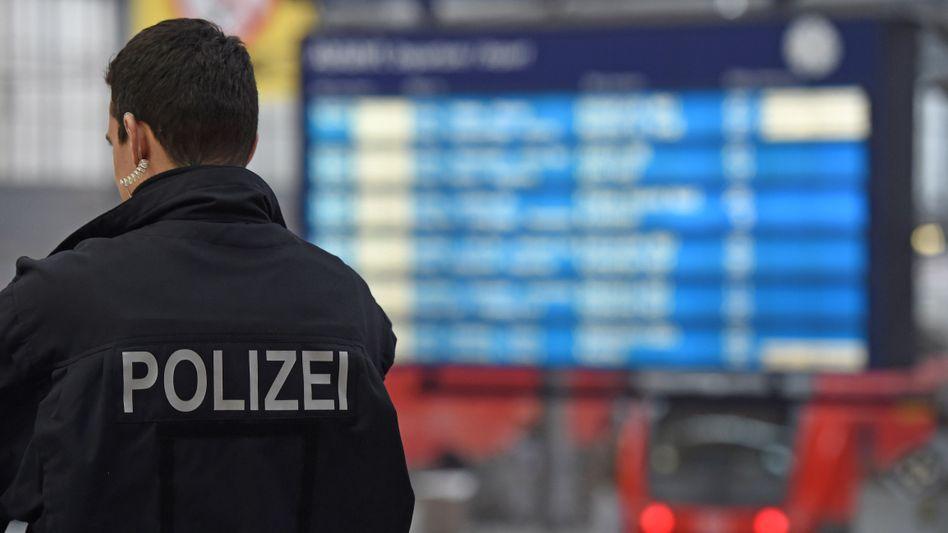 Ein Polizist steht am Münchner Hauptbahnhof (Archivbild)