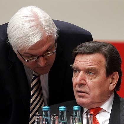 """Steinmeier (l.) und Schröder (Archivaufnahme): """"Das Zeug zum Kanzler"""""""
