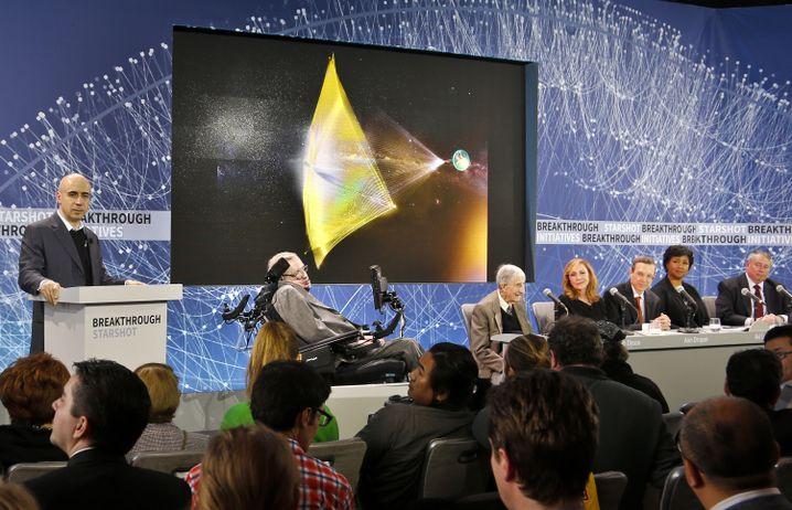 """Juij Milner (links) und Stephen Hawking: """"Früher oder später müssen wir die Sterne ins Visier nehmen"""""""