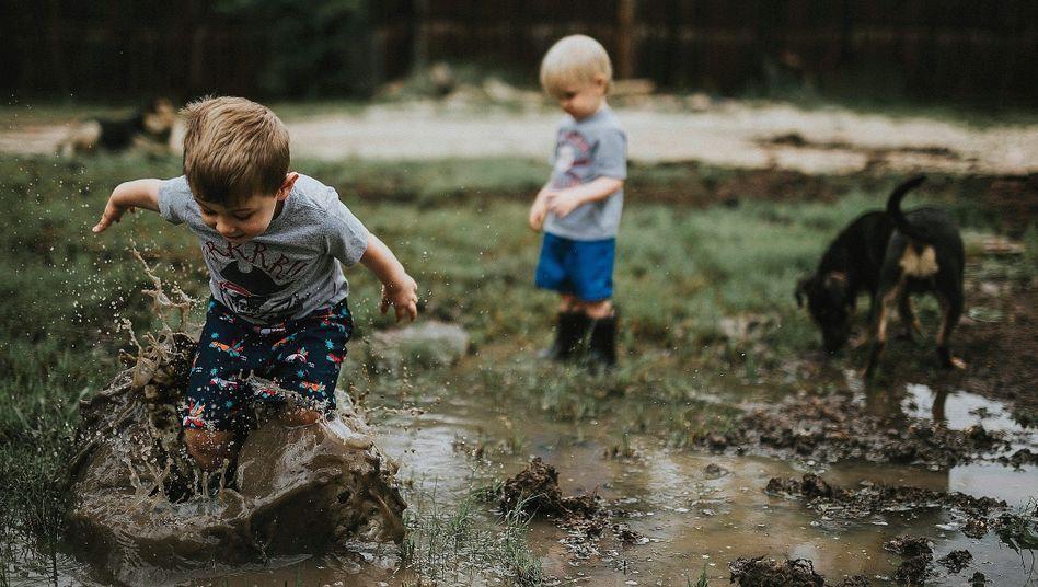 """Jungen beim Spielen:""""Wenn das Kind sauber ist, hat es am Tag nichts Interessantes erlebt"""""""