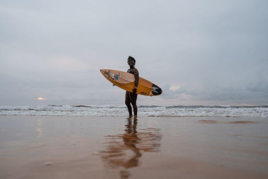 Surferin am Strand von Sierra Leone
