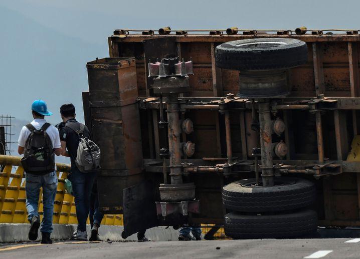Fotografen auf der blockierten Tienditas-Brücke