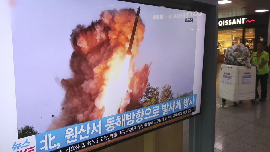 Ein TV-Bericht über den nordkoreanischen Raketentest ist in einem südkoreanischen Einkaufszentrum zu sehen
