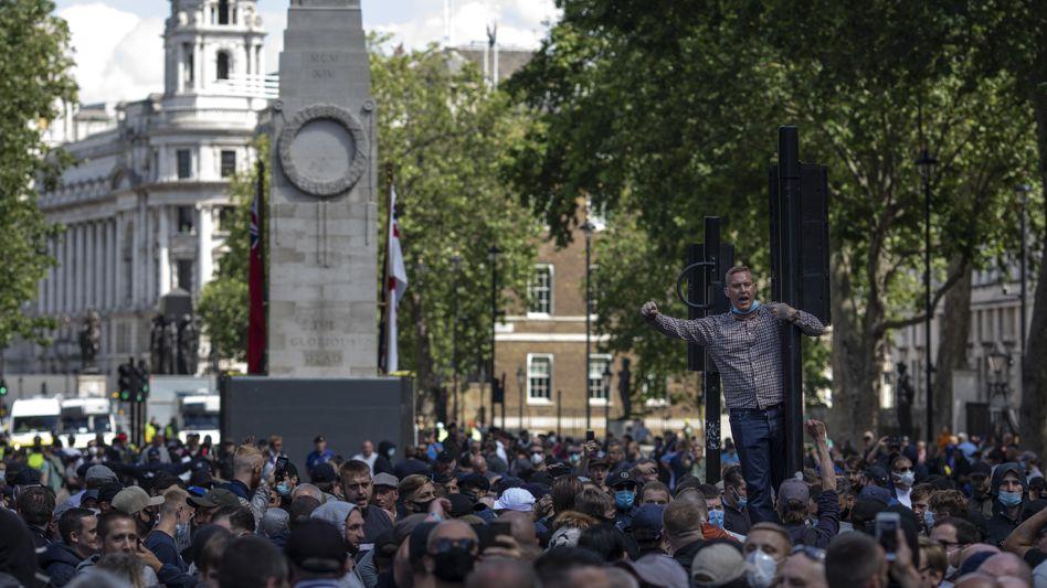 Kriegsdenkmal Kenotaph in London: Rechtsextreme Gruppen, Kriegsveteranen, Hooligans