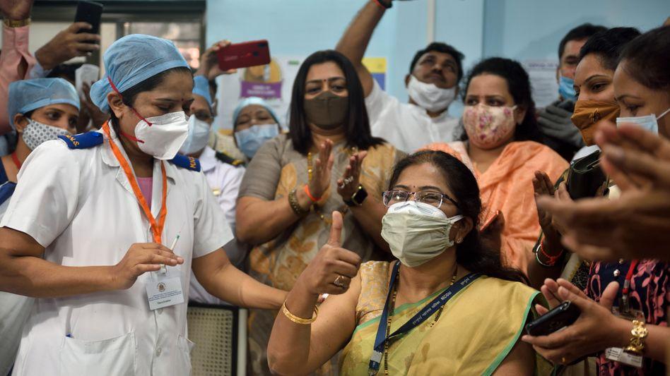 In Indien starteten die Impfungen am 16. Januar. Diese Frau bekam als Erste ihren Shot im Rajawadi-Krankenhaus in Mumbai