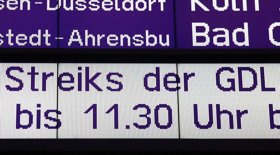 Anzeigetafel am Hamburger Hauptbahnhof (Archiv): Mehrtägige Streiks angekündigt