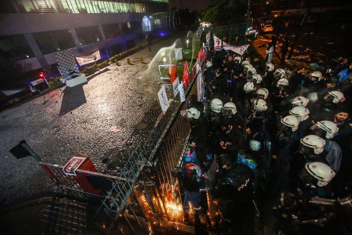 """Türkische Polizisten stürmen das """"Zaman""""-Gebäude"""