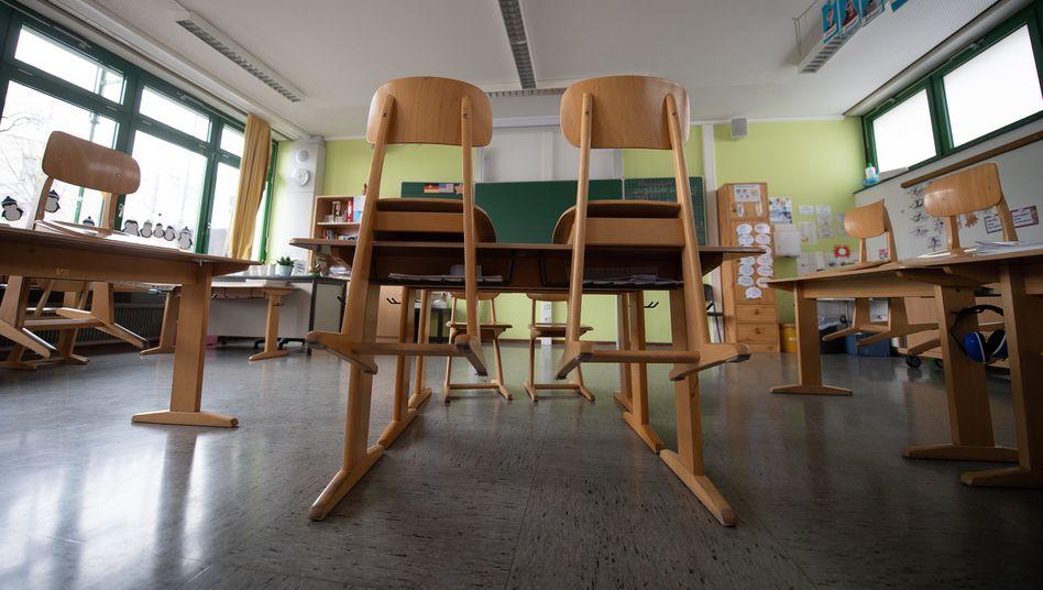 Leeres Klassenzimmer in Baden-Württemberg: In jedem Land gilt etwas anderes