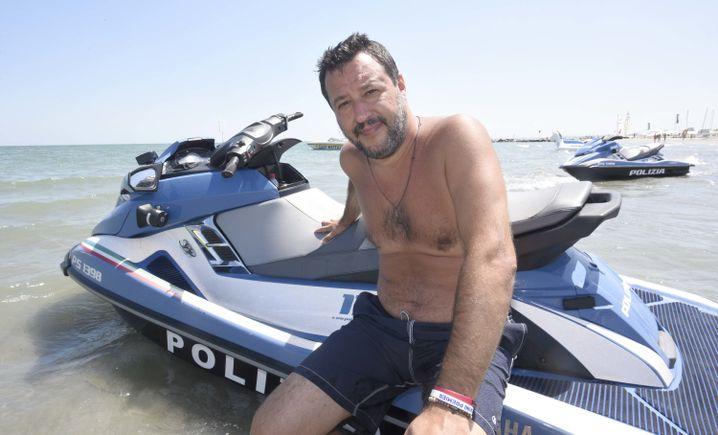 Innenminister Salvini mit Polizei-Jetski: Sommerurlaub als Dauerwahlkampf