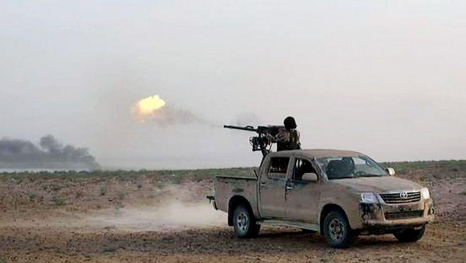 IS-Kämpfer auf der Straße zwischen Homs und Palmyra