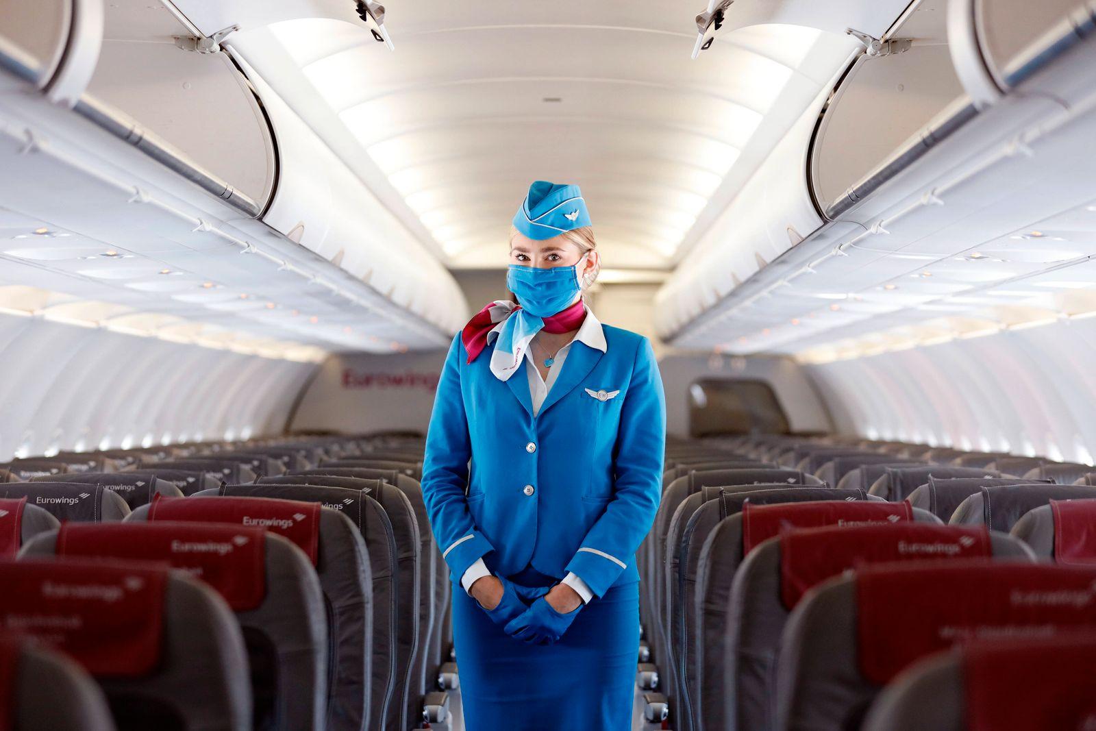 Stewardess von Eurowings bei der Vorstellung des Sicherheitskonzepts am Flughafen Köln Bonn während der Coronakrise Sic