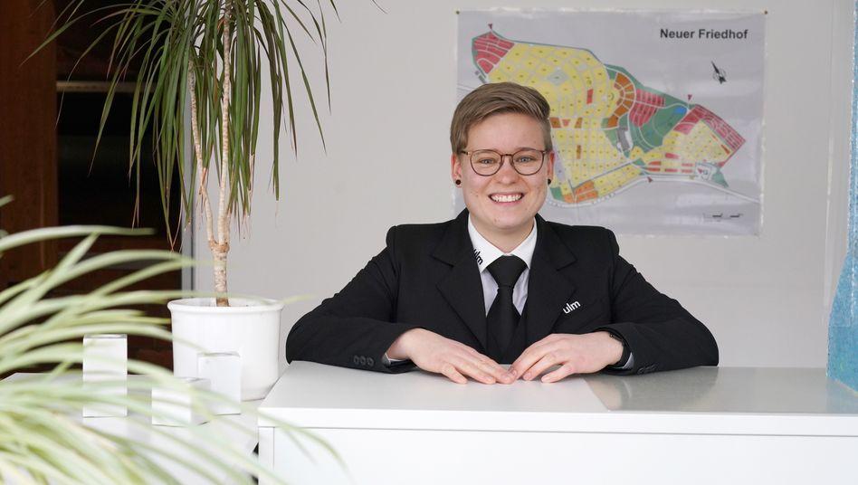 Die Uniform gehört dazu: Julia in ihrer Ausbildungsstätte, der Abteilung Friedhofs- und Bestattungswesen der Stadt Ulm