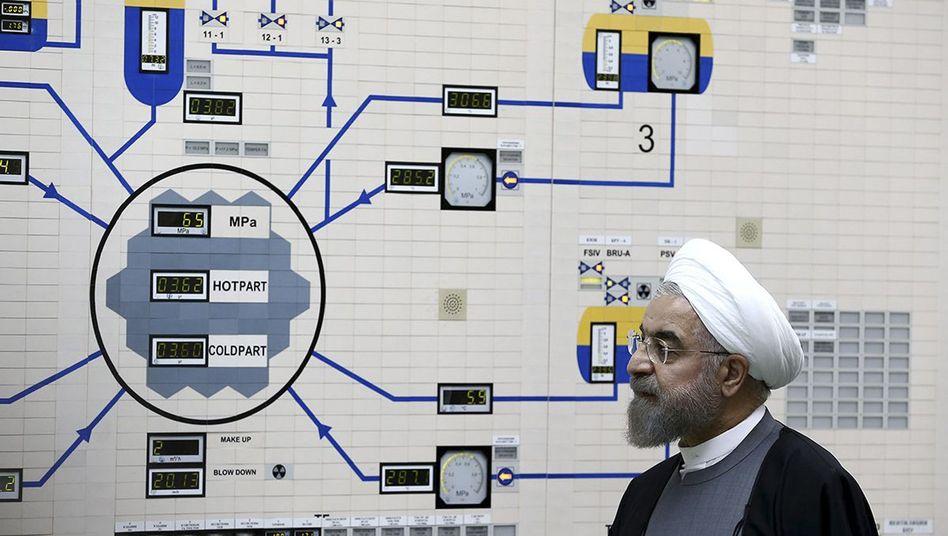 Irans Präsident Rohani beim Besuch eines Kernkraftwerks (2015): 4 bis 20 Kilo Uran-235 reichen für die Bombe