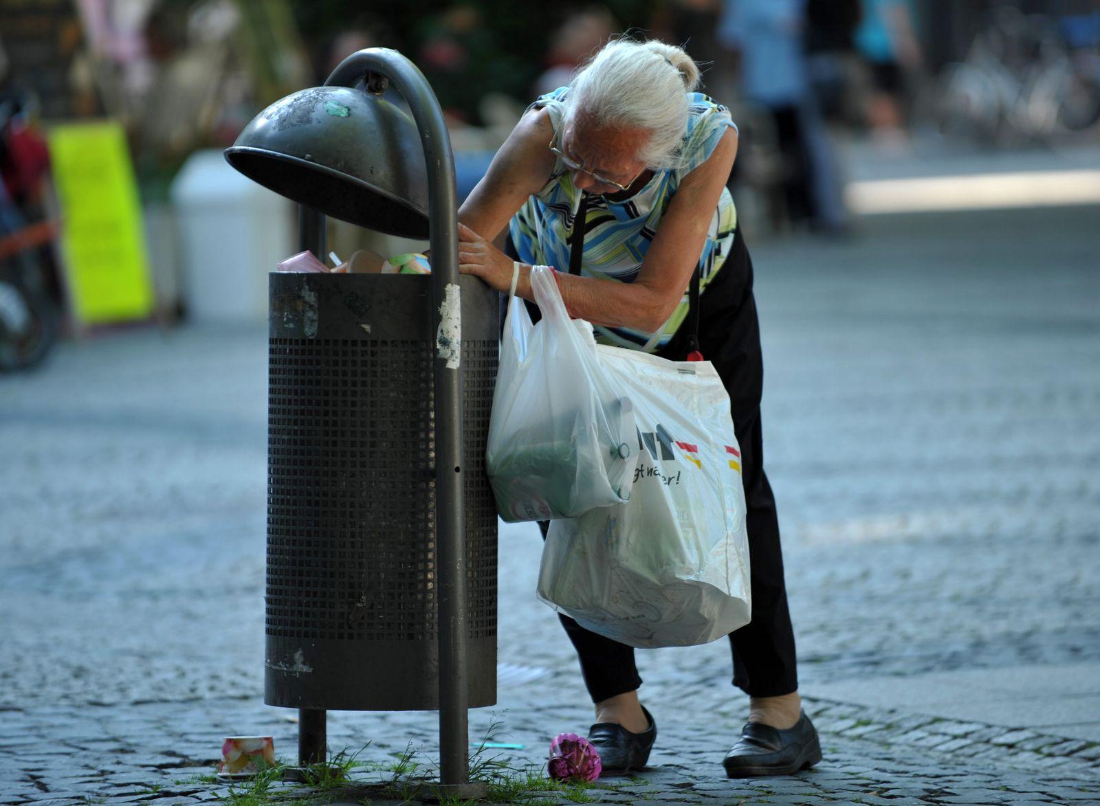 Pfandflaschensuche im Müll bottle collectors