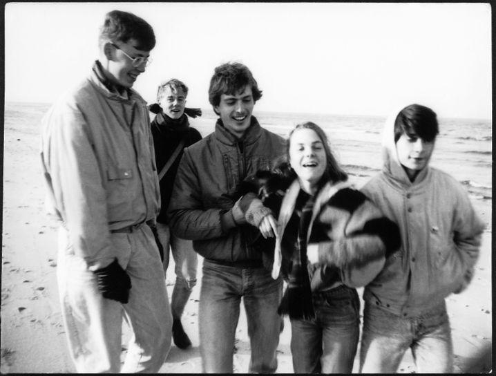 Private Fotos, Abiturklasse von Jochen Gutsch.Klassenfahrt Zingst, Herbst 1988. V.l. Jörg Sydow, Markus Sachs, Marco Reinecke, Katharina Sasse, Jochen Gutsch.