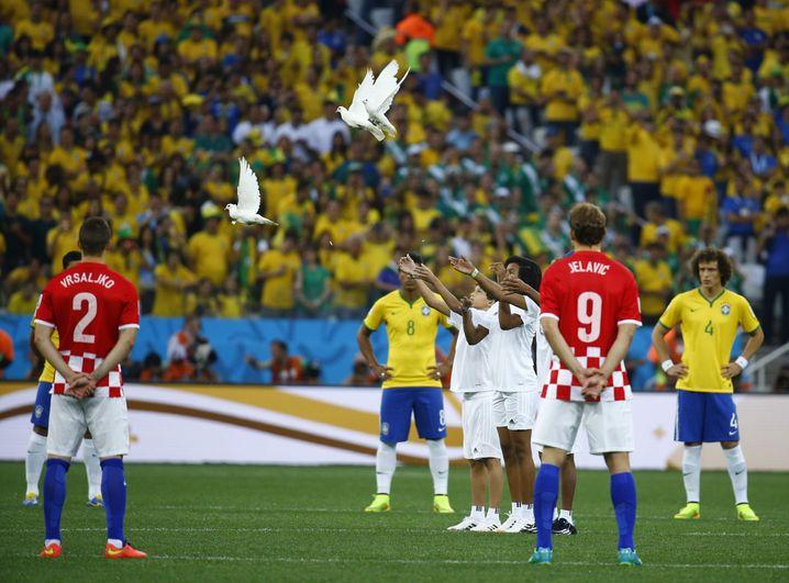 Freiheit für die Friedenstauben vor dem WM-Eröffnungsspiel