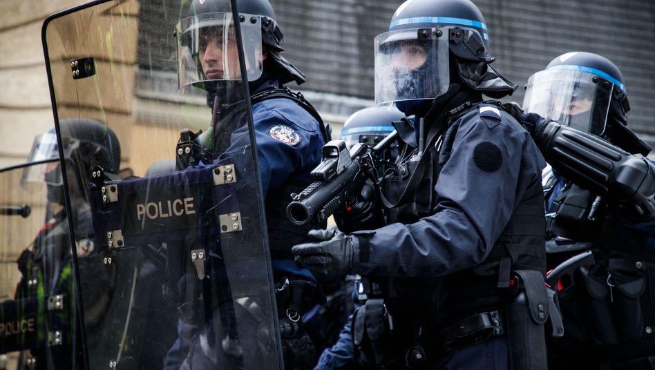 """Französische Polizisten bei """"Gelbwesten""""-Protesten"""