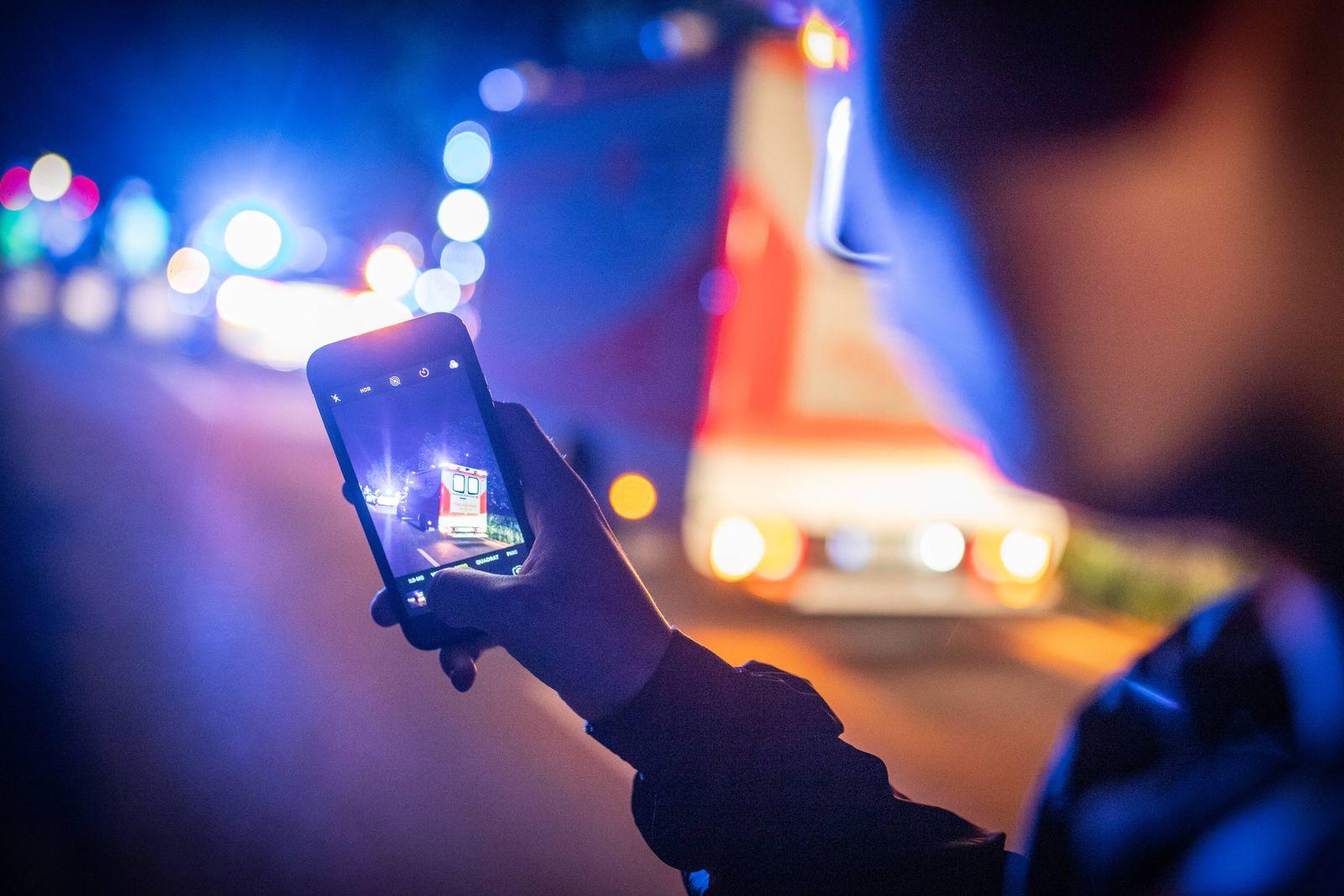 Symbolbild von einem Gaffer bei einem Feuerwehr Rettungsdiensteinsatz bei einem Verkehrsunfall ***