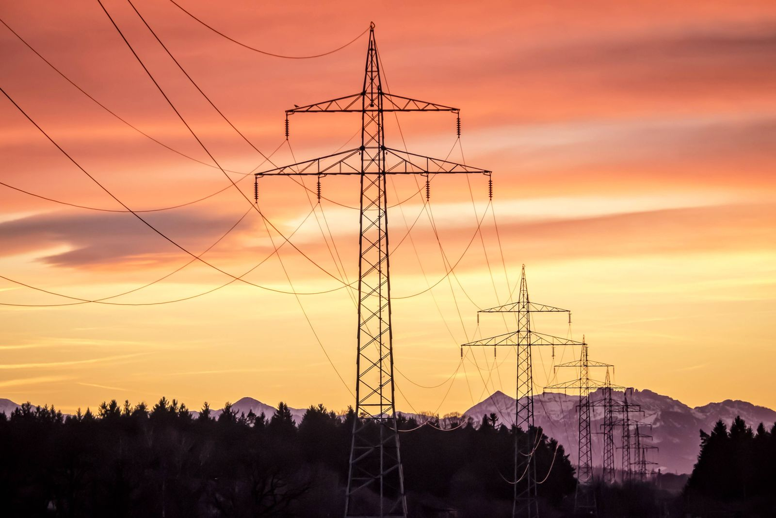 EINMALIGE VERWENDUNG Strommasten / Oberbayern / Energie