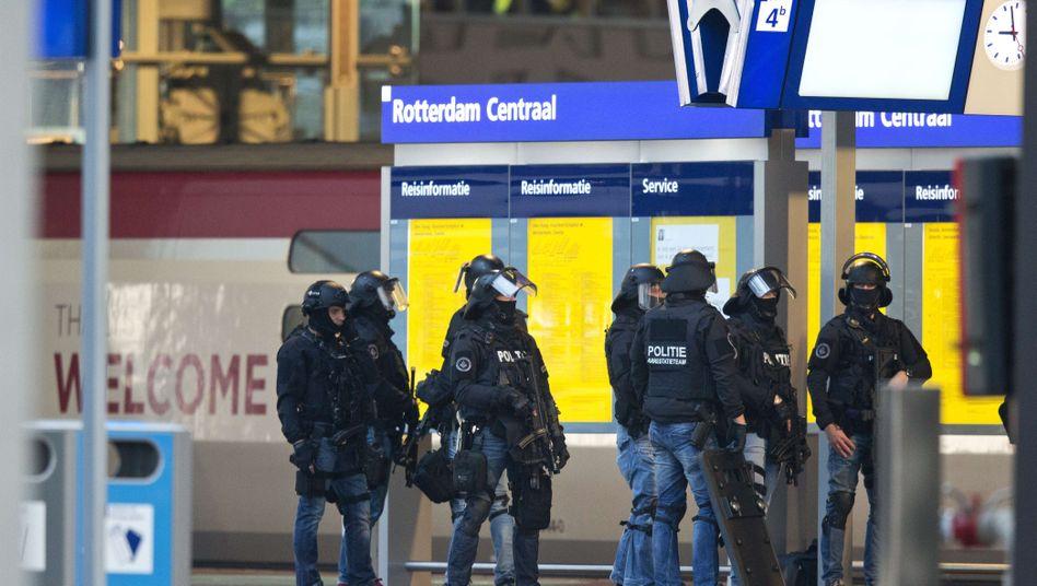 Sonderkommando der Polizei am Bahnhof in Rotterdam: Der Verdächtige hyperventilierte bei seiner Festnahme