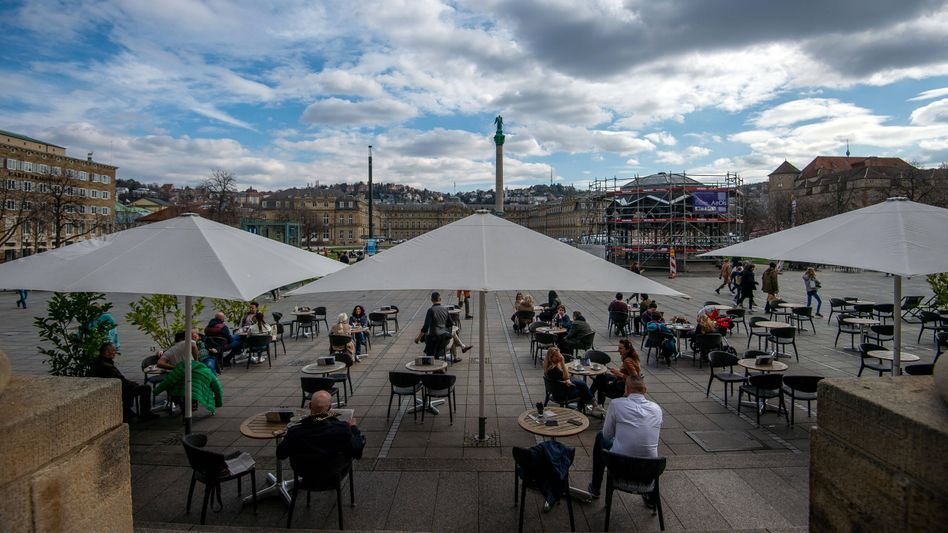 Das Frühlingswetter im Café genießen - aber bitte mit Abstand