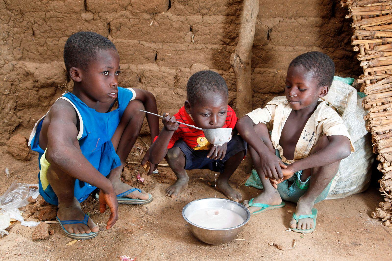 Kinder teilen sich eine Mahlzeit