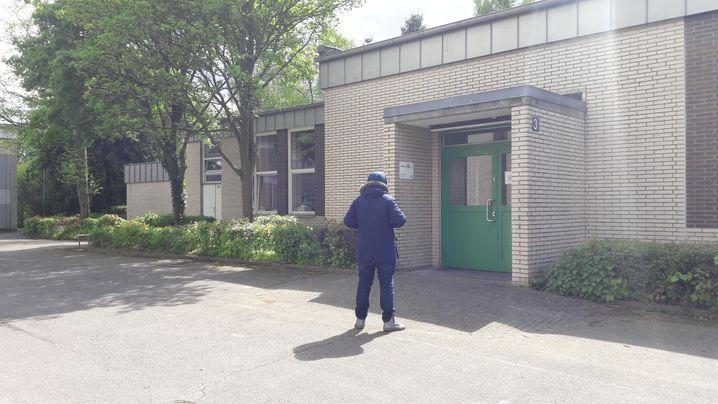 Marvin vor dem Schulgebäude in Hamburg-Billstedt