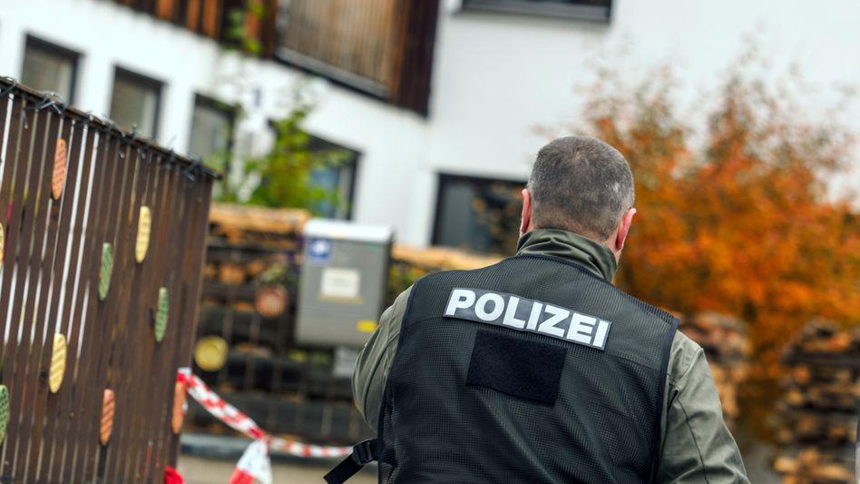 """Polizeieinsatz in Georgensgmünd (Bayern), wo ein """"Reichsbürger"""" einen Polizisten erschossen hat (Archivbild von 2016)"""