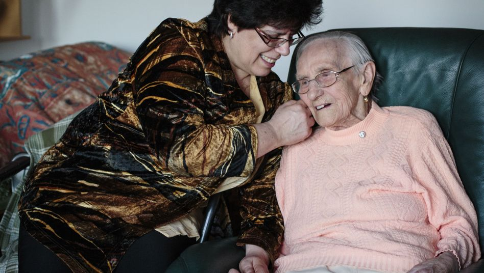 Pflegende Laudien mit ihrer Schwiegermutter